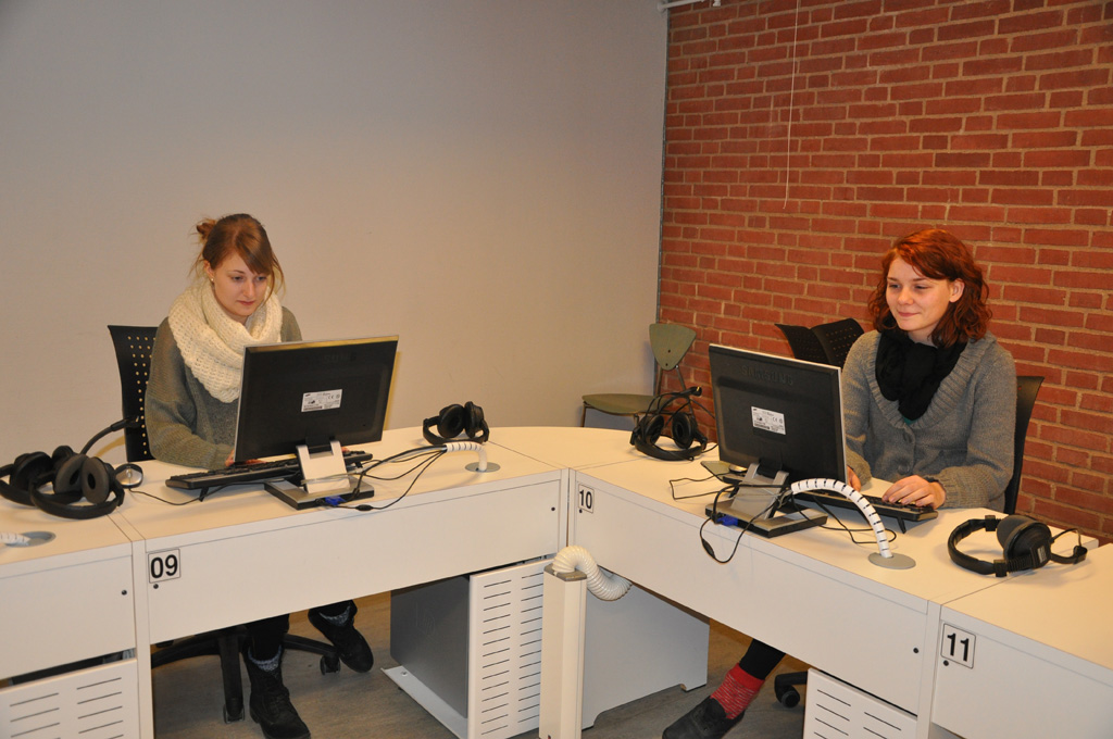 Nina Korsholm Larsen (til venstre) og Amanda A.B.Nielsen er sendt i lektiefængsel.