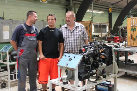 Lærerne Søren Pedersen og Jan Hermansen er godt tilfredse med Ronnies eksamensresultat efter flere dages eksamenstræning i værkstedet.